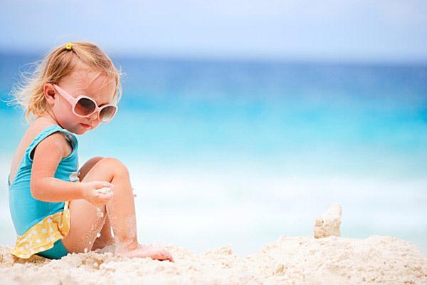 Что одеваете на пляже ребенку