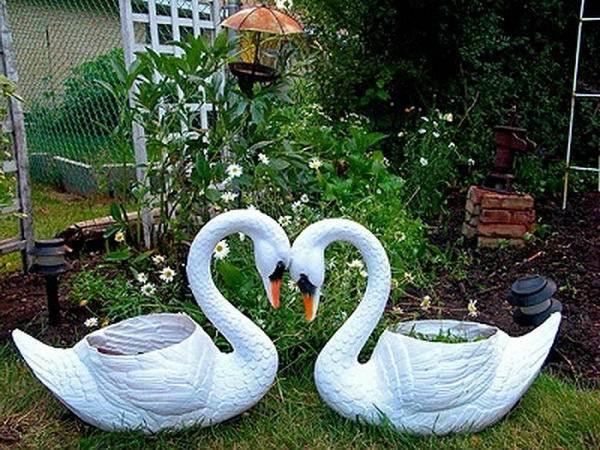 Лебедь для сада из пластиковых бутылок