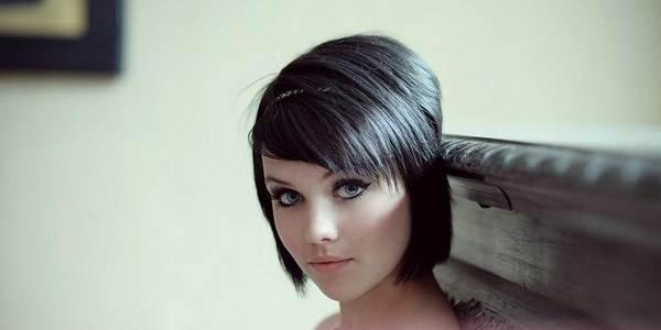 фото девушек брюнеток карэ с челкой в нижнем белье