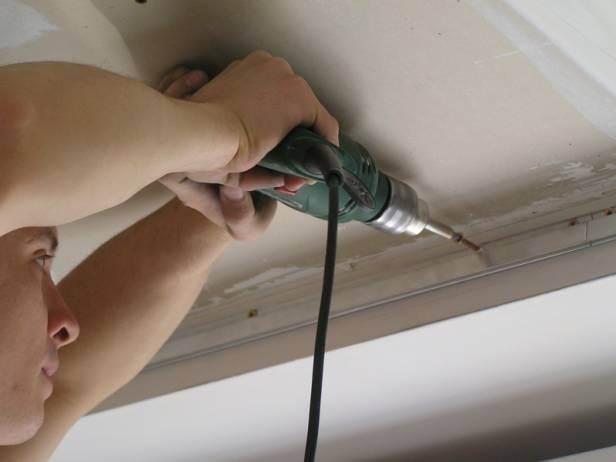 Что сначала клеить обои или натяжной потолок