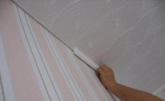 Как клеить плинтуса на потолок видео разделяю